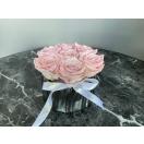 7- roosat roosi hõbedases keraamilises vaasis