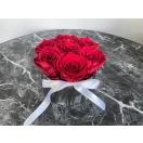 7- punast roosi hõbedases keraamilises vaasis