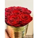 7-punast roosi kuldses keraamilises vaasis