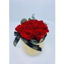 7-punast roosi + eukalüpt kuldses keraamilises vaasis